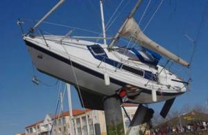Zeilboot in Frankrijk na zware storm
